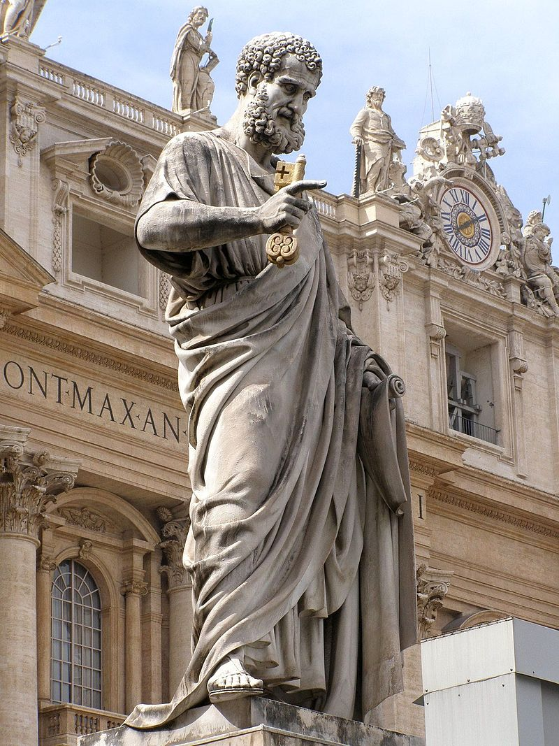 Foto Lure, Statuia Sfântului Petru din faţa Bazilicii Sf. Petru, reprezentat cu cheile Raiului. Wikipedia.